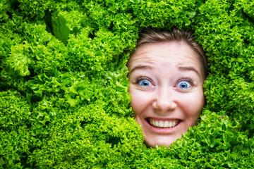 Frau mit Salat , Konzept für Lebensmittelindustrie. Gesicht von lachende Frau in Salat flache.
