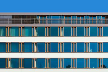 Moderne Bürohausfassade mit Dachterrassse