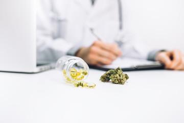 Arzt verschreibt medizinische Cannabis Öl Kapseln