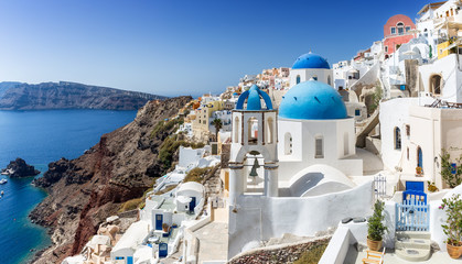 Blick auf die weißen Häuser und die blauen Kuppeln der Kirchen in Oia auf Santorini, Kykladen, Griechenland