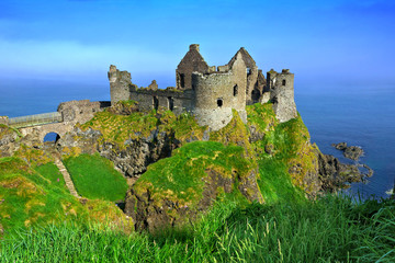 Ruins of the medieval Dunluce Castle overlooking the scenic cliffs of the Causeway Coast, Northern Ireland Fototapete
