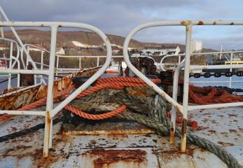 Altes Boot mit Seilen und Tauen