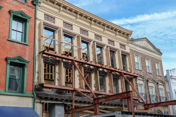 wall support on an old building facade for a historic preservation construction project in downtown Charleston, South Carolina Fotomurales