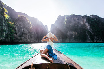Beautiful woman making an excursion to phi phi island and maya beach in Thailand Fototapete
