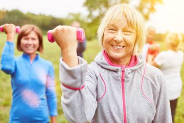 Gruppe Senioren macht Hanteltraining