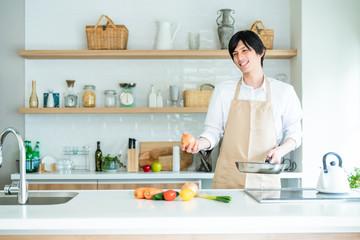 キッチンで料理する男性