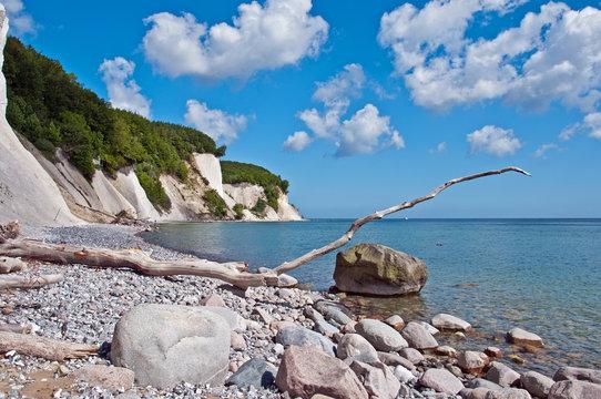 Kiesstrand an der Ostsee untehalb des Jasmund Nationalparks auf Rügen