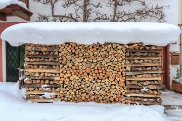 Holz vor der Hütte - Schneebedecktes Kaminholz