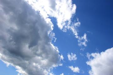 Faszinierendes Wolkengebilde vor blauen Himmel