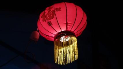 Farolillo chino rojo iluminado