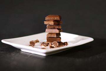Schokolade gestapelt auf einem Teller