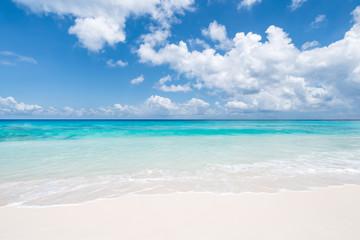 Blaues Meer und weißer Strand im Sommerurlaub