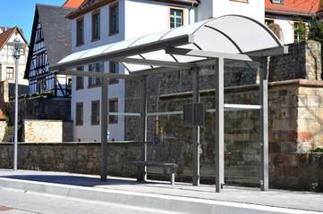 Wartehäuschen aus lackiertem Stahl und Glas an einer Bushaltestelle im ländlichen Raum, Odenwald, Hessen