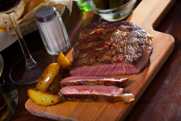Veal entrecote with potato wedges