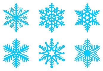 Set von eisblauen Frostigen Schneeflocken auf einem isolierten weißen Hintergrund.