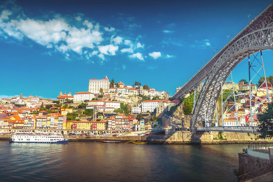 Die Eisenbrücke Ponte Dom Luís I über den Fluss Douro in Porto