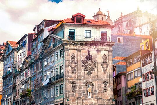 Historische Gebäuder der Altstadt von Porto am Praça da Ribeira