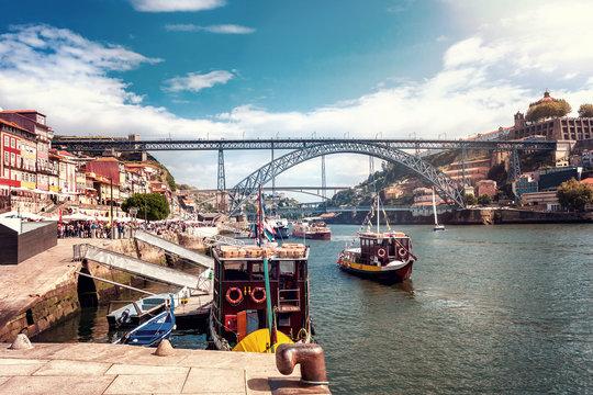 Die Eisenbrücke Ponte Dom Luís I über den Fluss Douro mit Booten in Porto