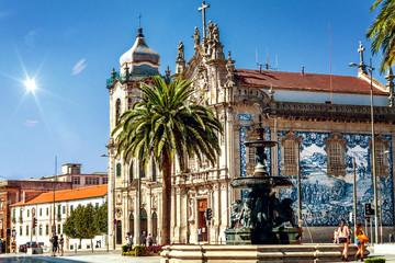 Die Barockdoppelkirchen Igreja das Carmeli und Igreja do Carmo mit blauen Azulejo-Fliesen und dem Löwenbrunnen im Vordergrund