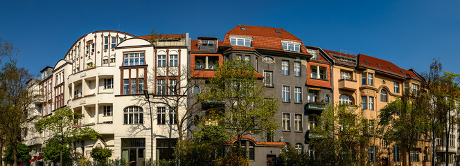 Bürgerliche Prachtarchitektur der Jahrhundertwende: Denkmalgeschützte Häuser am Südwestkorso in Berlin-Wilmersdorf - Panorama aus 5 Bildern