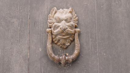 Antico battente dietro una porta. Sud Italia