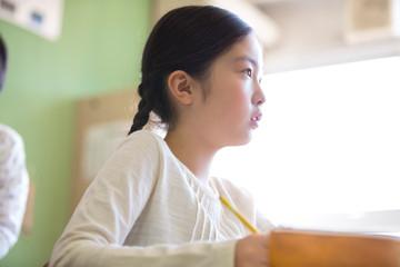 授業を受ける小学生の女の子の横顔
