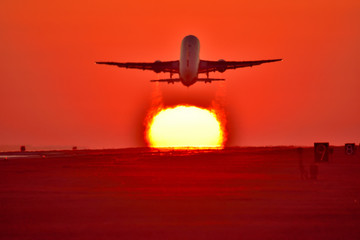 Good luck  貴重な写真  最高に美しい夕日と絡み合う航空機  Valuable picture   Intertwining aircraft with the most beautiful sunset