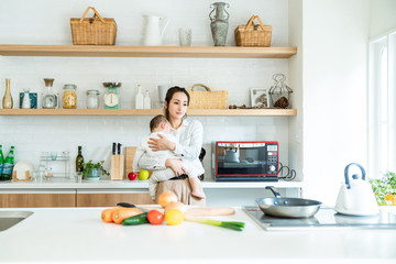 キッチンのママと赤ちゃん