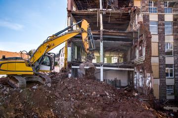 chantier avec grue en action  immeuble en démolition