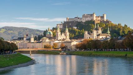 Panorama von Salzburg zur blauen Stunde im Herbst, Österreich Fototapete