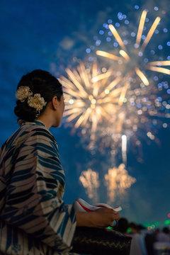 女性と花火