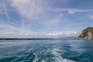 Impressionen einer Bootsfahrt rund um die Insel Capri im Frühjahr, Italien