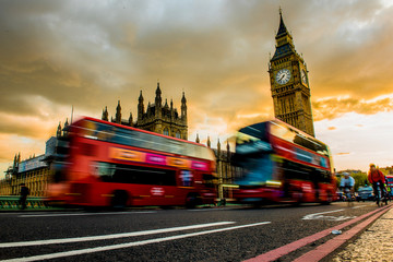 Foto auf Gartenposter London roten bus Two red buses drives over the Westminister Bridge. In the background the Big Ben.