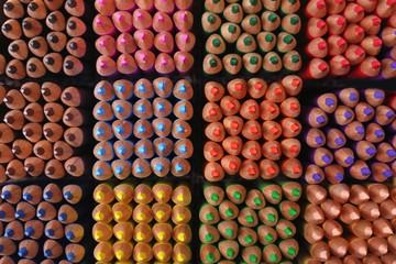 Kolorowe kredki. Kolorowe tło
