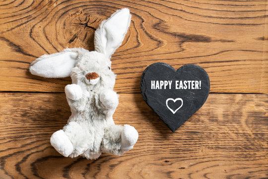 """Plüschhase und Nachricht """"Frohe Ostern"""" auf Schieferherz"""