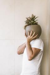 L'homme qui tient aux plantes