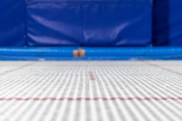 Tuch vom Trampolin in einer Freestyle-Halle