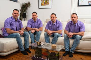 les quatres clones aux chemises mauves