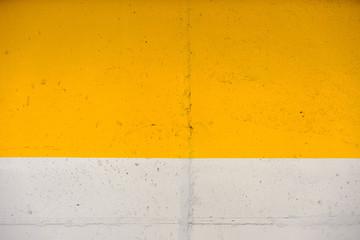 Muro giallo e bianco
