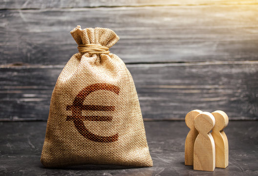 Money bag with a euro sign and people figurines. evaluation of the cost of the work of specialists and workers. concept of attracting investment, business cooperation, crowdfunding and startup.