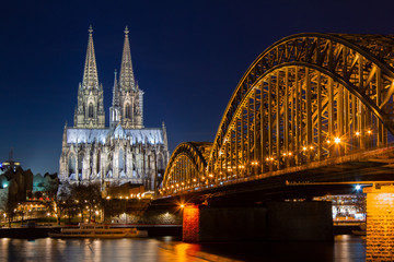 Fotomurales - Cologne skyline with Cologne Cathedral and Hohenzollern bridge at night