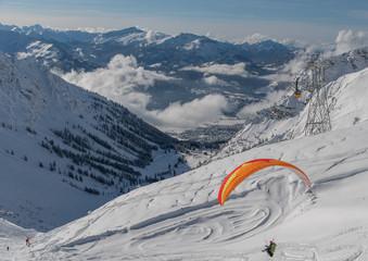 Drachenflieger von der Bergsation der Nebelhornbahn in Oberstdorf im Winter