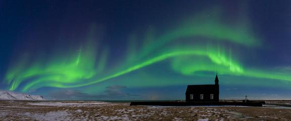 Papiers peints Aurore polaire Aurora borealis above the church. Jokulsarlon glacier lagoon, Iceland. Green northern lights. Starry sky with polar lights. Night winter landscape with aurora
