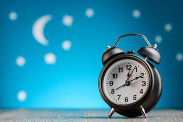 Obraz Alarm clock on table - fototapety do salonu