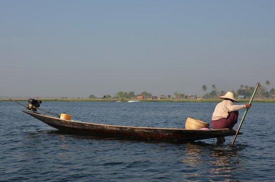 Barques, pirogues et vie quotidienne sur le Lac Inle en Birmanie