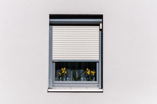 Jalousien vor dem Fenster für mehr Sicherheit