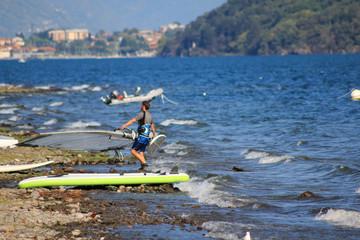 Surfer und Segler am oberen Teil vom Comer See in Italien
