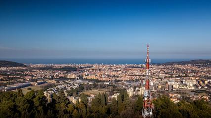 Vista panoramica della città di Pesaro nella regione Marche Italia con in primo piano antenna televisione e cellulari