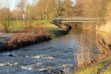 """Der Fluß """"Aa"""" mit Fischtreppe bei Sonnenschein. Standort: Deutschland, Nordrhein-Westfalen, Hoxfeld"""