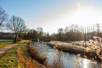 """Der Fluß """"Aa""""  mit Fischpass bei bei Sonnenschein. Standort: Deutschland, Nordrhein-Westfalen, Hoxfeld"""